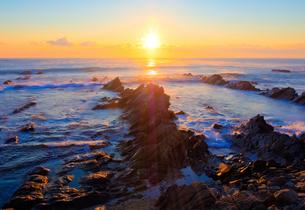 平磯白亜紀層海岸に望む日の出の写真素材 [FYI00231507]