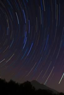 筑波山上空にみる北斗七星の軌跡の写真素材 [FYI00231521]