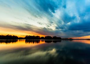 川面に映る夕焼け空と空の流れの写真素材 [FYI00231522]