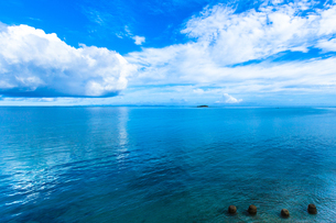 エメラルドブルーの沖縄の海と四つの石の写真素材 [FYI00231525]