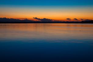湖の彼方の夕映えと龍頭雲の写真素材 [FYI00231533]