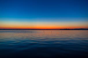 ??霞ヶ浦の夕日にみるオレンジ色のグラデーションの写真素材 [FYI00231551]