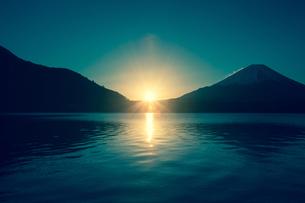 精進湖の湖面に広がる日の出の光 富士山の写真素材 [FYI00231554]