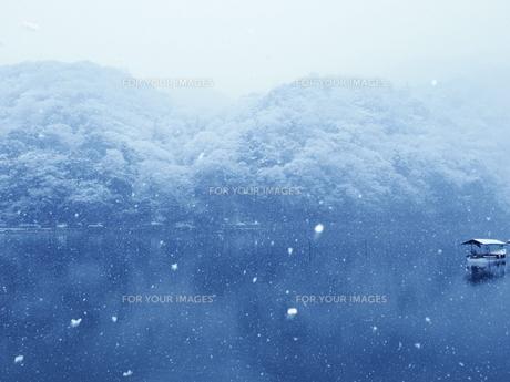 屋形船と雪景色の写真素材 [FYI00231555]