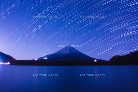 富士山と星の軌跡の写真素材 [FYI00231556]