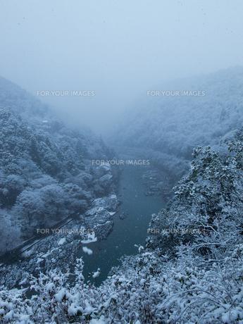 嵐峡の雪化粧の写真素材 [FYI00231559]