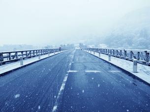 雪の渡月橋 上からの写真素材 [FYI00231576]