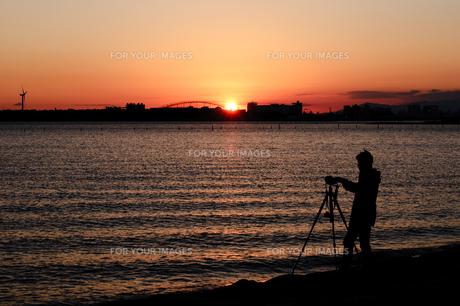 夕焼け空とカメラマンの写真素材 [FYI00231718]