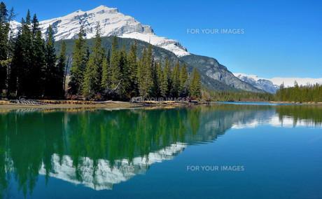 雪山と水面鏡の写真素材 [FYI00231851]
