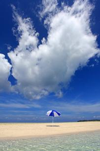 沖縄の美しいビーチと夏雲の素材 [FYI00232018]