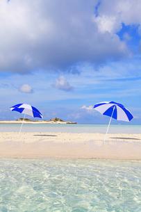 沖縄の美しいビーチとパラソルの素材 [FYI00232022]