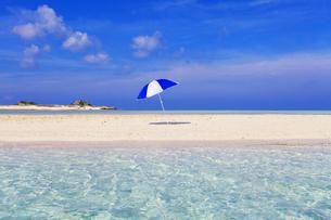 沖縄の美しい海とパラソルの素材 [FYI00232029]