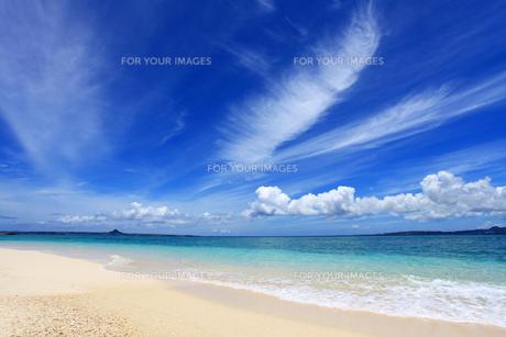 沖縄の美しいビーチと夏空の素材 [FYI00232032]