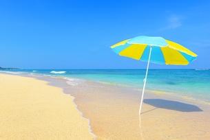 沖縄のさわやかな海とパラソルの素材 [FYI00232033]