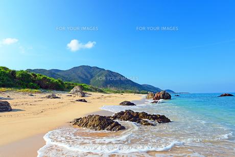 沖縄の美しい海岸と白波の素材 [FYI00232034]