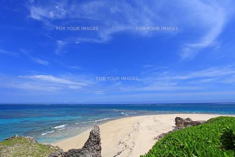 沖縄の美しいビーチと夏空の素材 [FYI00232040]