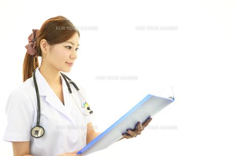 笑顔の女医の素材 [FYI00232041]