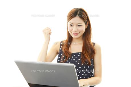 パソコンを楽しむ女性の素材 [FYI00232044]