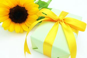 ひまわりの花とプレゼントの素材 [FYI00232046]