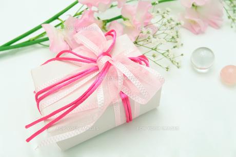 スイートピーの花束とプレゼントの素材 [FYI00232047]