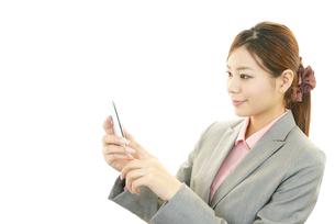 スマートフォンを持つ女性の素材 [FYI00232053]