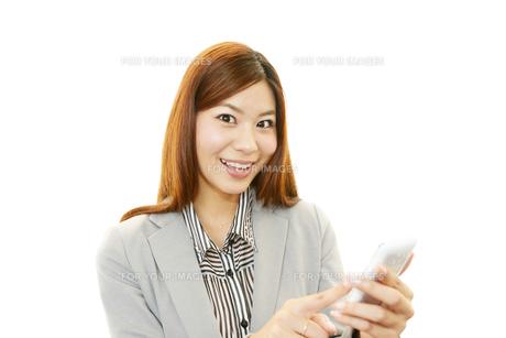 スマートフォンを持つ女性の素材 [FYI00232056]