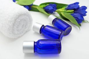 青いボトルのエッセンシャルオイルの素材 [FYI00232057]