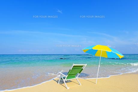 美しいビーチとビーチパラソルの素材 [FYI00232067]