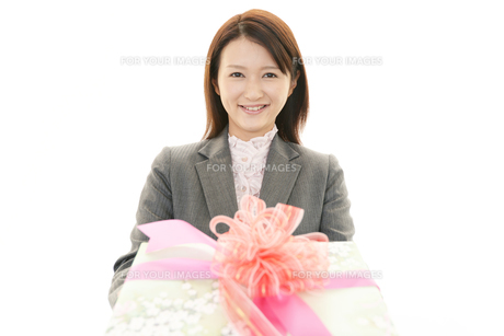 贈り物を持つ女性の素材 [FYI00232077]