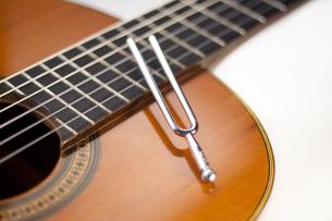 音叉とギターの写真素材 [FYI00232251]