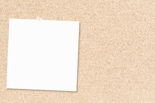 メモ用紙とコルクボードの写真素材 [FYI00232275]