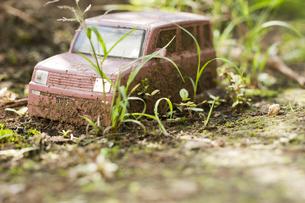 置き去りにされたおもちゃの車の写真素材 [FYI00232283]