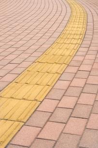 視覚障害者誘導ブロックの写真素材 [FYI00232292]