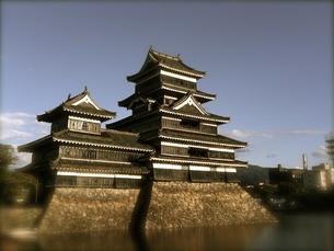 晴れた日の松本城の写真素材 [FYI00232311]