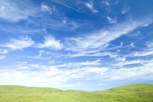 青空と草原の丘の素材 [FYI00232340]