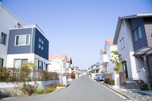 住宅街と道路の写真素材 [FYI00232422]