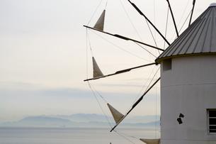 浮かび上がる島影と風車の素材 [FYI00232898]