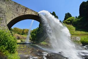 通潤橋 放水の写真素材 [FYI00232971]