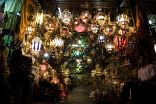 モロッコ、マラケシュのランプシェード売りの素材 [FYI00232986]