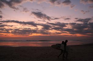 サーファーと夕暮れの写真素材 [FYI00233066]