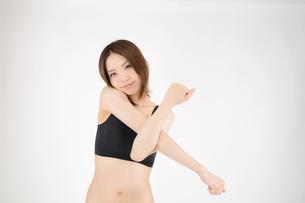 ストレッチをする若い女性の写真素材 [FYI00233109]