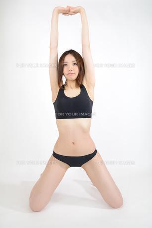 ストレッチをする若い女性の写真素材 [FYI00233111]