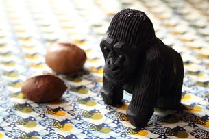 ゴリラと森の木の実(鶏柄のアフリカンプリント)の写真素材 [FYI00233117]