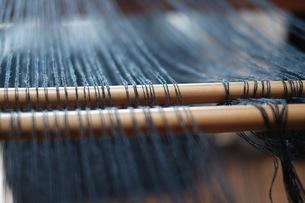 織り作業の綜絖通しの写真素材 [FYI00233749]
