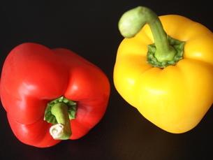 赤と黄色のパプリカの写真素材 [FYI00233924]