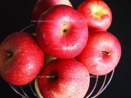 果物カゴのりんごの写真素材 [FYI00234039]