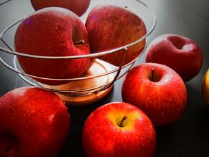 果物カゴとりんごの写真素材 [FYI00234075]