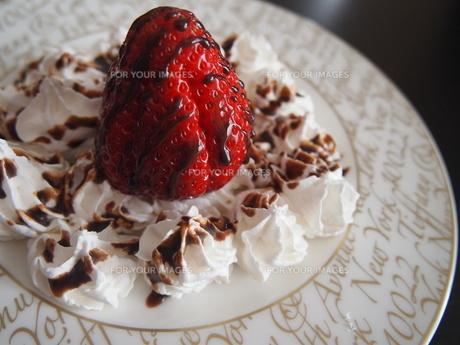苺と生クリームどチョコソースの写真素材 [FYI00234143]