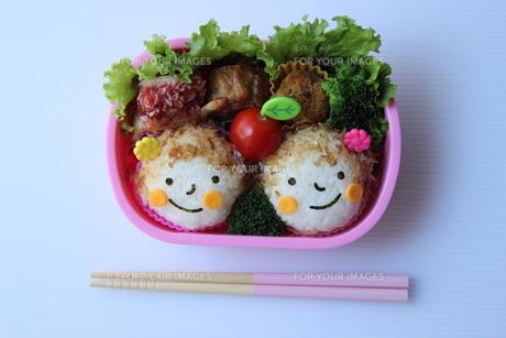 双子の女の子のお弁当、いただきます。の写真素材 [FYI00234194]
