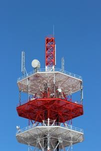 青空にくっきりと浮かぶ電波塔の写真素材 [FYI00234196]